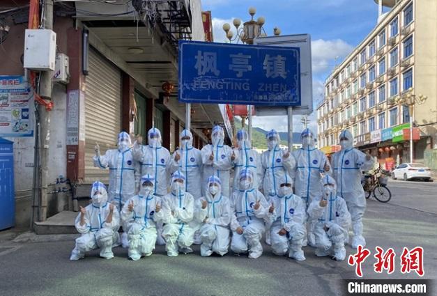 莆田学院附属医院应急核酸采样队驰援枫亭。 莆田市组织部供图